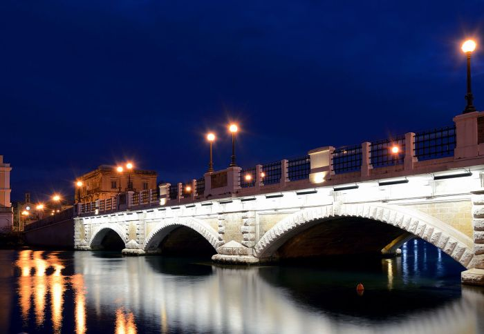 Stone_bridge_in_Taranto.jpg