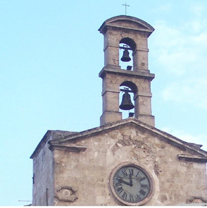 Taranto.-Torre-dellOrologio-nel-borgo-antico